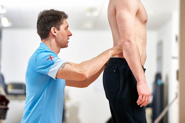 Physioptherapist works on a patient