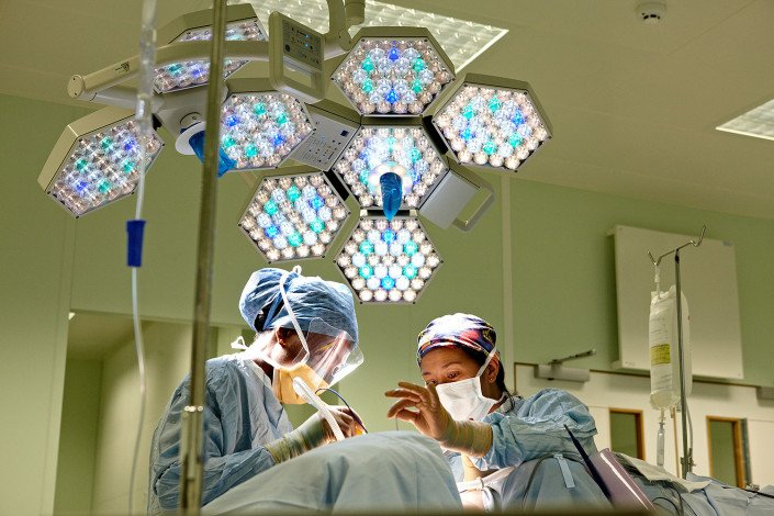 Surgeons work in theatre